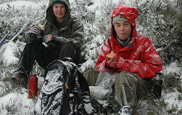 Linda og Vigdis tar matpause i snøværet