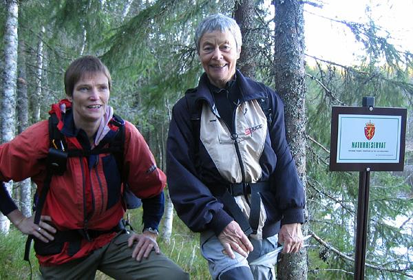 Eva Dagrun og Ragnhild krysser grensen til naturreservatet