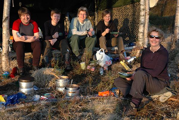 Kyllinggryte i rødnande kveldssol. Fra høyre: Iwona, Siri, Silje, Susanne og Linda.