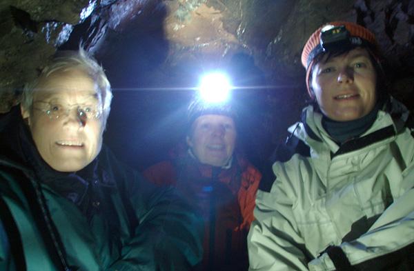 Jorunn, Kari og Jorun innerst i  gruvegangen