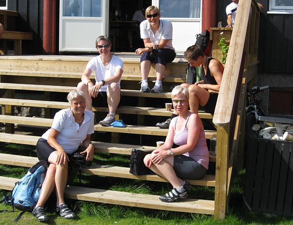 Nyter solen på ny trapp: Kikutstuas bolledisk lokket til seg Jorun, Nina, Berit,  Margrethe og Anne-Lena
