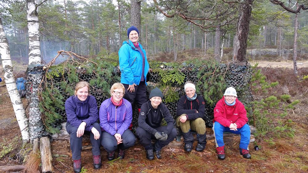 Gapahukbyggegjengen: Mari, Kjersti, Jorun J., Rine, Ann Helen og Jorun B. Sussie, som ikkje skulle vera med på nokon leik, var også med på gapahukbygginga. (Foto: Sussie)