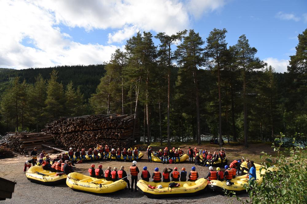 Kjapp innføring i korleis ein skal te seg om ein havnar i elva. (Foto: Sjoa Rafting)