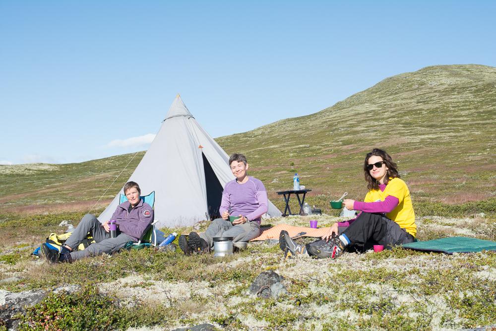Basecampen vår oppe i Heidalsfjella. Frå venstre Eva Dagrun, Rine og Daniela. (Foto: Rine G. Carlsen)