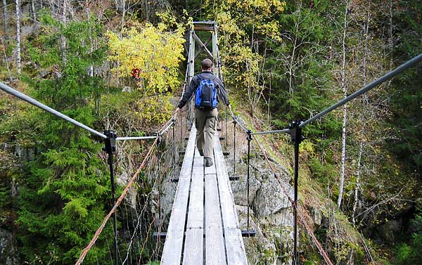 Lone går over broen