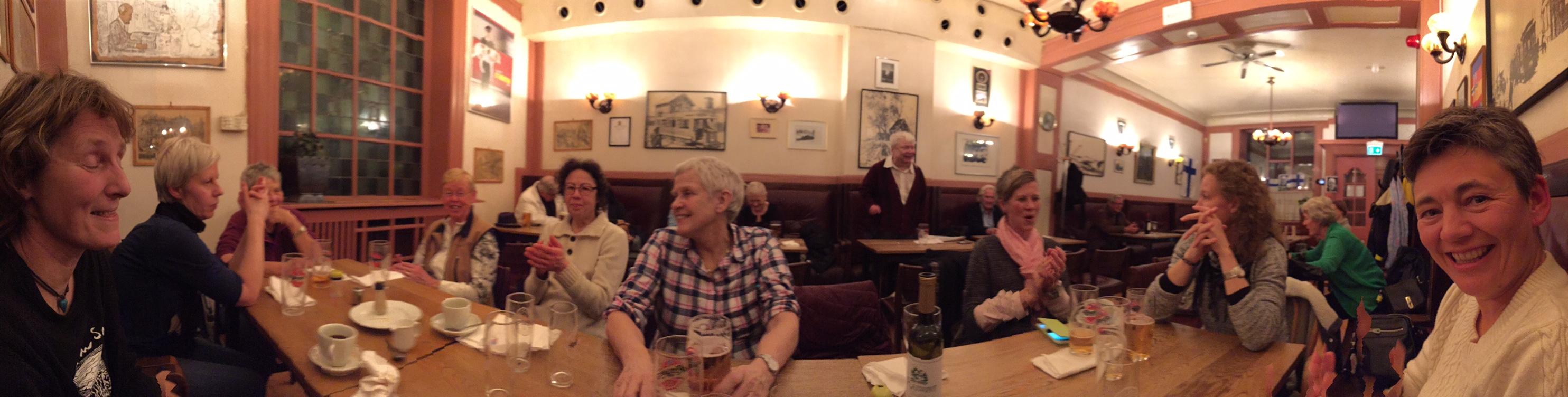 Hygge med LT fra venstre mot høyre: Inger, Margrethe, Ragnhild, Turid, Martha, den syngende mann på nabobordet, Ann-Helen, Sussie og Rine. (Foto: Nina Didriksen)