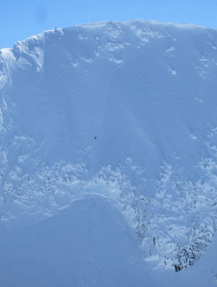 Dristig nedtur: Her har en skikjører kastet seg utfor den bratte nordflanken på Soleiebotntind, mens kompisen står igjen på toppen. (Foto: Nina Didriksen)