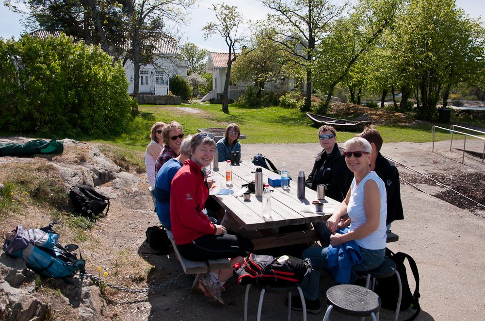 Lunsj på Hellviktangen. Fra venstre: Marianne, Berit, Jorun, Nina, Vigdis, Kari, Eva og May-Britt. (Foto: Rine G. Carlsen)