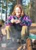 Cathrine nyter solgen og kaffe ved bålet (foto Nina Didriksen).