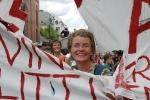 Liv Elin titter fram bak LTs spjæra banner. Foto: Rine G. Carlsen