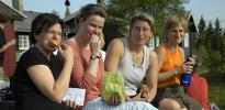 Jorun, Linda, Silje og Susanne nyter mat og kveldssol. Foto: Rine G. Carlsen