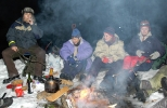 Det grilles pølser. Fra venstre Hilde, Ragnhild, Jorun og Nina. Foto: Rine G. Ca