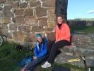 To damer og en kirkeruin. (Foto: Hanne Lyssand)