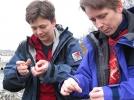 Knuter er viktig! Rine og Jorun forsøker seg med kalde fingre og tynne tråder.