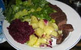 Bon apetit! Reinsdyrfilet med potetsalat, rødbetpuré og grønn salat. (Foto: Nina