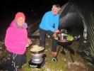 Fredagskokken Etti og fredagskokkassistenten Jorun forbereder fredagens trerette