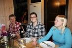 Kari Kirkeby, Kari Knutsen og Torunn Opseth Gjerve koser seg med middag på hytta