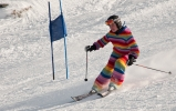 Strikka onepiece i regnbuefarger: den nye trenden innen skeiv alpint. Foto: Rine
