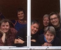 Dametroppen i vindu' (foto: Jorun Jarp)