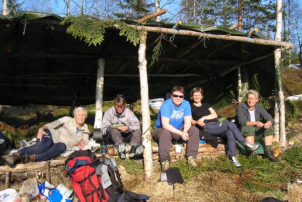 Fredagen var usedvanlig varm og solfylt, og her slapper orrfugllaget av i gapahuken: F.v. Jorun, Marianne, Heidi, Susanne og Silje. Foto: Nina Didriksen
