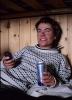 """Vigdis """"hyttekoser"""" seg med sms og øl. Foto: Rine G. Carlsen."""