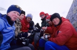Intim lunsj bak overlevelsesduken. Fra venstre: Siri, Liv Elin, Jorun, Linda, Vi