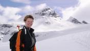 Turinitiativtager Linda Haugland. Store Smørstabtind (2208 moh) i bakgrunnen. Fo