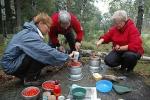 Det ble tilberedt mye god mat i løpet av turen. Jofrid, Turid og Jorid.