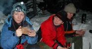 Kaffe og diskusjon rundt bålet (Foto: Rine G. Carlsen)