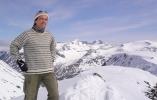 Strålende vær siste dagen: Vigdis på toppen av Storbreatinden (2018 moh). Utsikt