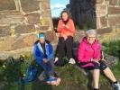 Ved kirkeruinen (Foto: Hanne Lyssand)