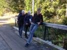 Lesbisk turlags damer på broen på vei inn til Katnosdammen.