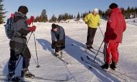Eva Dagrun (i knebøy) instruerer. Rine, Anita og Relsen følger nøye med.